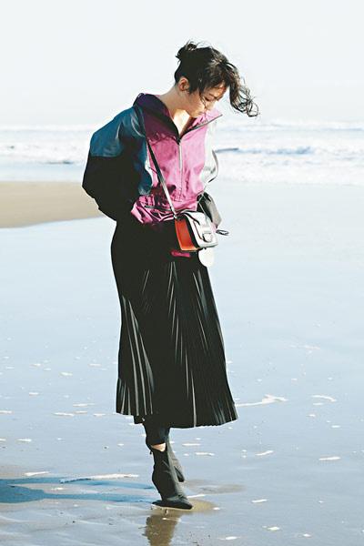 黒ロングスカート×パープルのアノラックパーカ