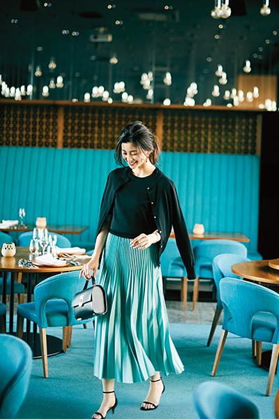 黒アンサンブルニット×ミントカラーのプリーツスカート