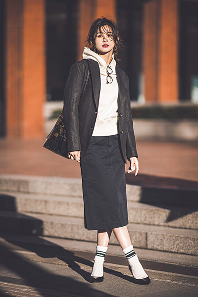 【1】白パーカ×黒タイトスカート×黒ジャケット