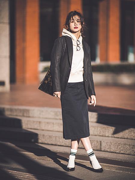 【3】白パーカー×黒ジャケット×黒タイトスカート