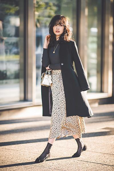【5】透け感のある靴下×ポインテッドトウパンプス×とろみスカート