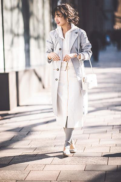 ミモレ丈白台形スカート×ブルートレンチコート