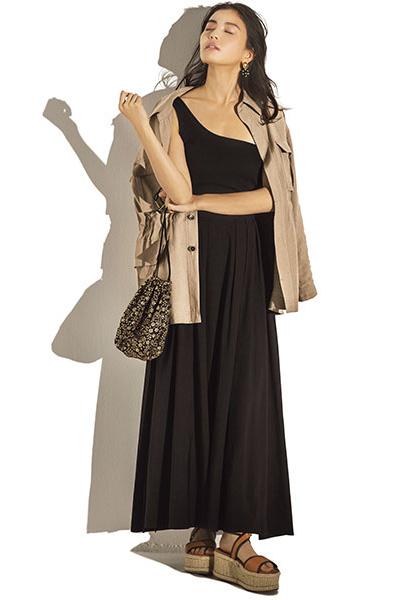 ベージュジャケット×黒トップス×黒ロングスカート