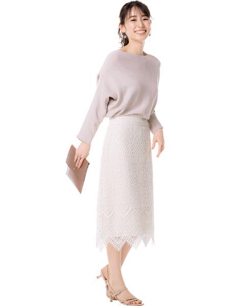 【1】白スカート×ベージュニット