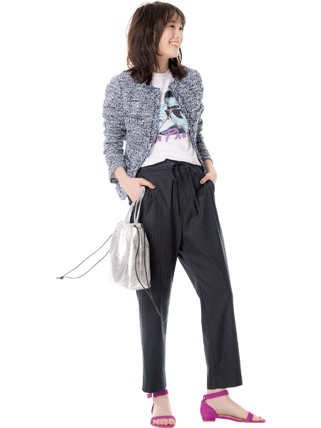 【3】ロゴ白Tシャツ×黒パンツ×ツイードジャケット