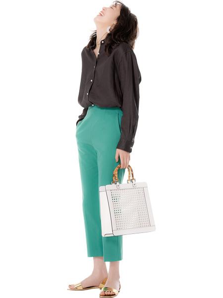 【4】グリーンパンツ×ブラウンシャツ