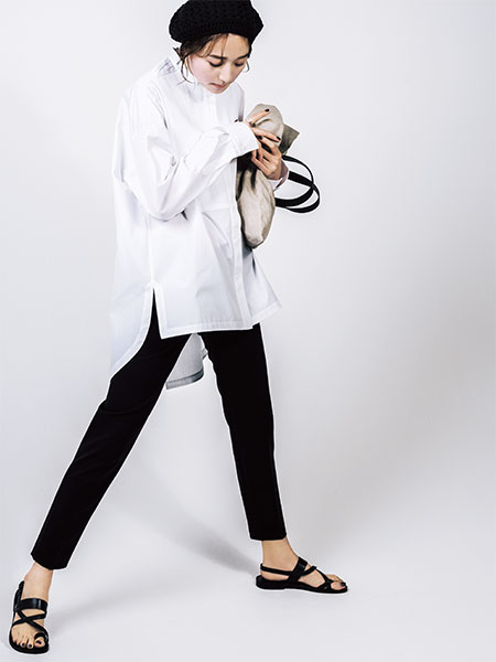 黒クロップドパンツ×白スタンドカラーシャツ