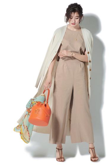 スカーフでバッグをアレンジ