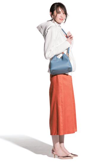 白パーカ×オレンジタイトスカート