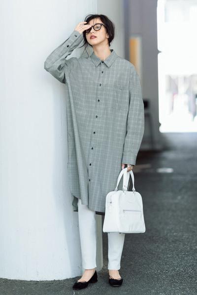 グレンチェックシャツワンピース×白レギンス