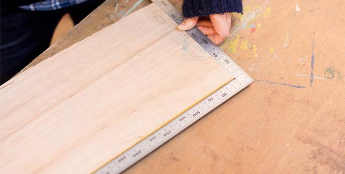 切った木材が直角がでているかを確認