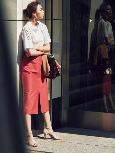 【3】白Tシャツ×ピンクオレンジのタイトスカート