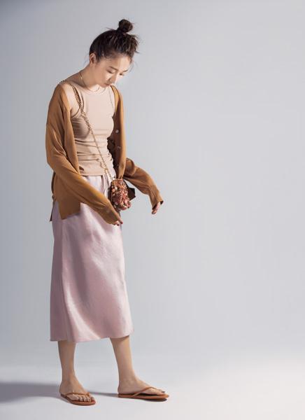 【2】ピンクベージュの艶タイトスカート×ベージュタンクトップ
