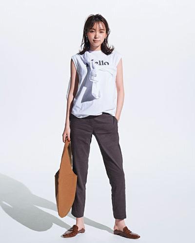 白Tシャツ×茶色パンツ