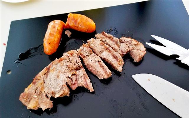 お肉をカット