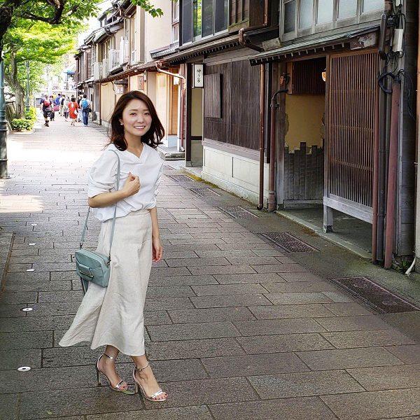 ベージュスカート×白襟抜きシャツ