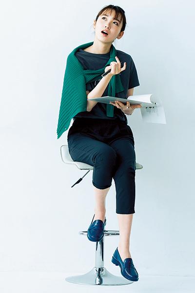 【1】黒パンツ×グレーTシャツ×グリーンカーディガン