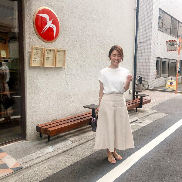 ベージュスカート×白Tシャツ