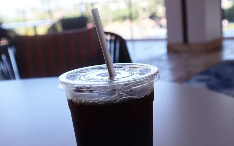 アイスコーヒーに紙製ストロー
