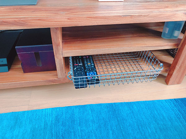 木製テレビボードの中に収納