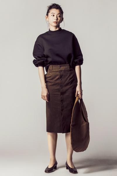 黒トレーナー×ブラウンタイトスカート