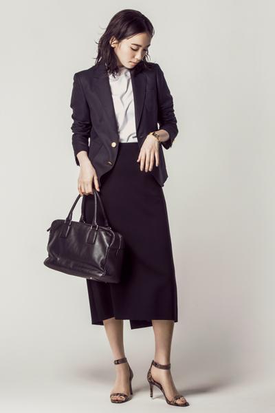 黒ジャケット×黒スカート