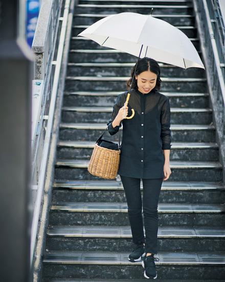 雨の日コーディネート 傘に収まるタイトなシルエットに