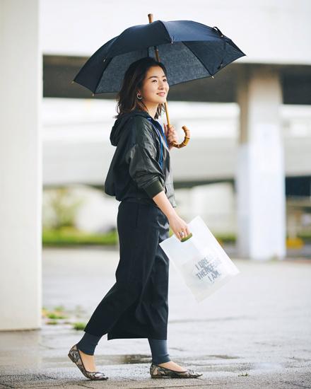 雨の日コーディネート 雨じみが目立つ薄い色と濡れやすいフレアボトムは着ない