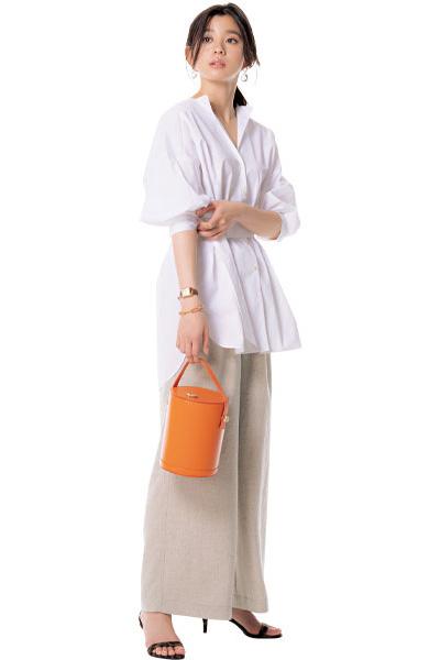 【1】白シャツ×ベージュワイドパンツ