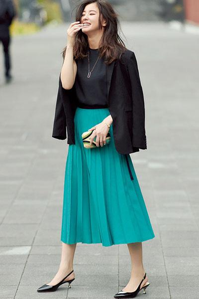 黒バックストラップ×黒ジャケット×グリーンプリーツスカート