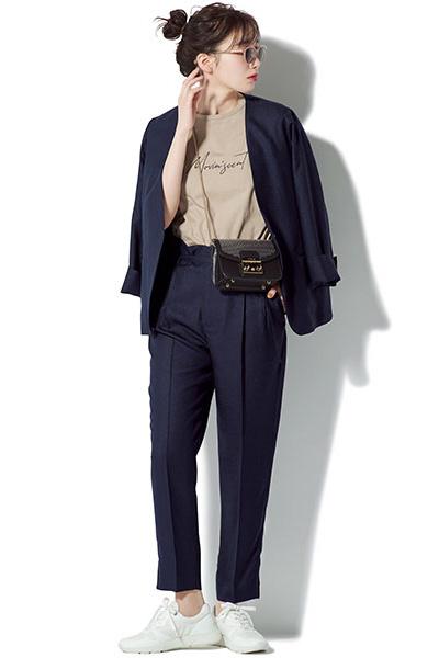 ネイビースーツ×ベージュTシャツ