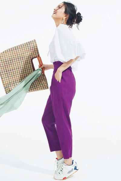 濃い紫パンツ×白ブラウス