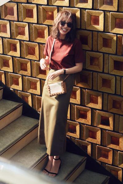チノ素材のカーキロングタイトスカート