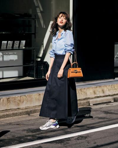 【1】グレースニーカー×キャメルバッグ×ネイビーロングスカート×ブルーシャツ