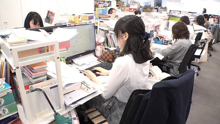 学研プラス 辞典編集者・田沢あかねさん デスク周り