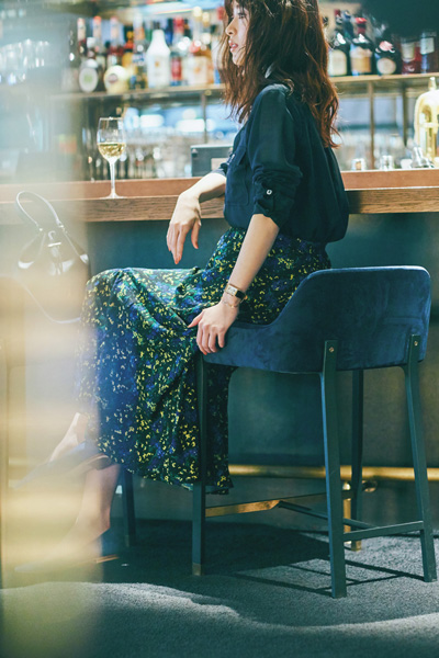 紺シャツ×小花柄スカート