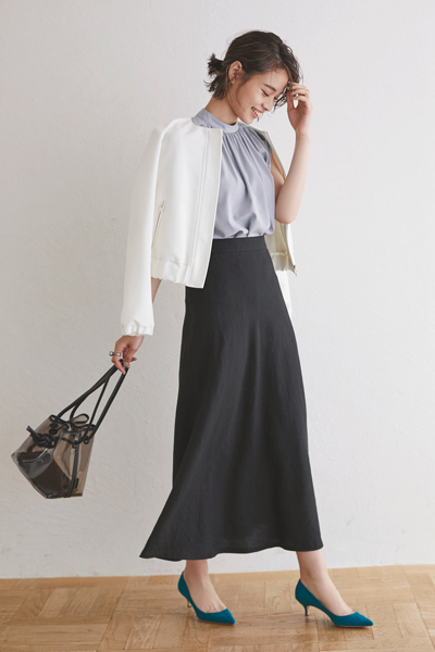 黒ロングスカート×グレーブラウス×白ブルゾン