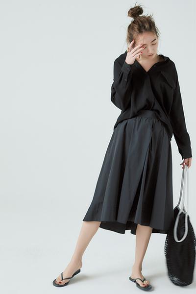 黒シャツ×黒フレアスカート