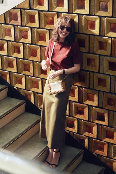 カーキスカート×赤みブラウンTシャツ