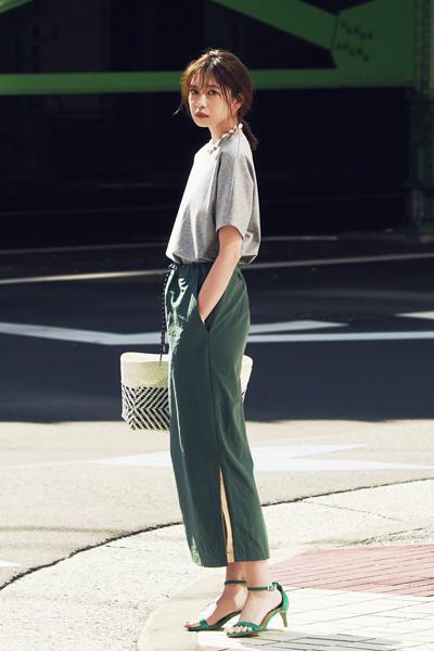【1】グレーTシャツ×カーキタイトスカート
