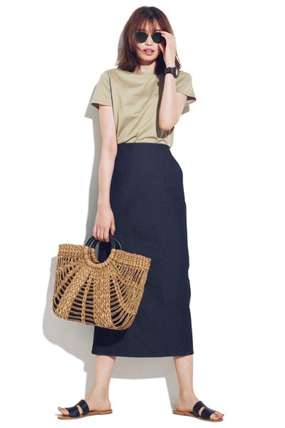 デニムロングスカート×カーキTシャツのカジュアルコーデ