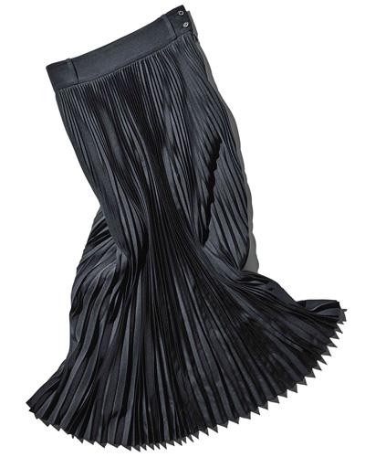 シャープな佇まい【HYKE】の黒プリーツスカート