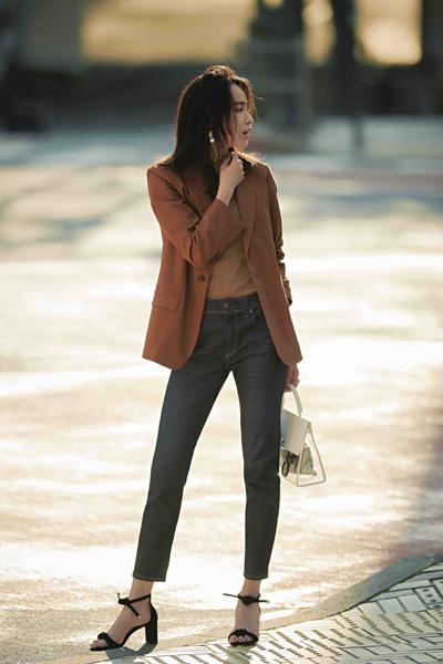 黒スキニーデニム×ブラウンTシャツ×ブラウンジャケット