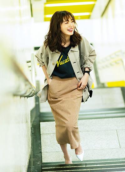 グレーロゴTシャツ×キャメルスカートのニュアンスカラーコーデ