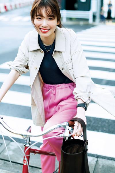 ピンクパンツ×ベージュシャツブルゾン