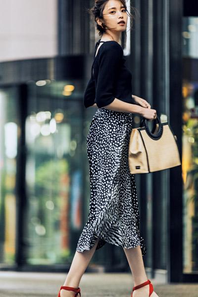 黒カットソー×柄スカート