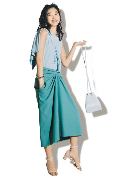 水色ニット×グリーンタイトスカート