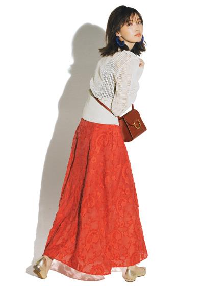 かぎ針編みニット×華やかスカート