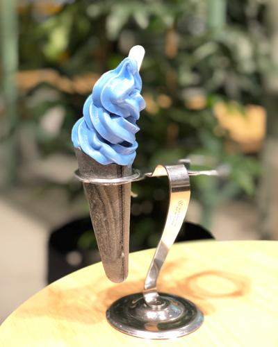 ソフトクリーム「ブルーアーモンド」