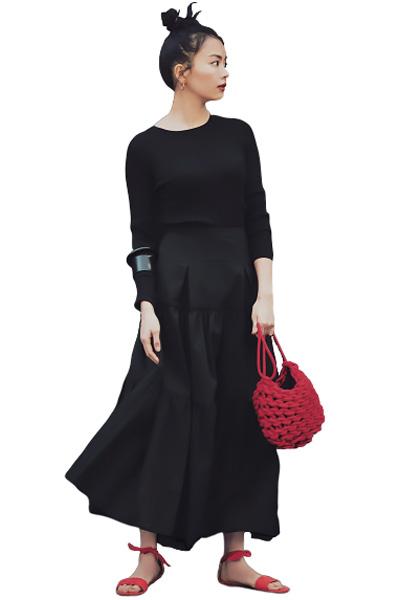 赤サンダル×黒フレアスカート